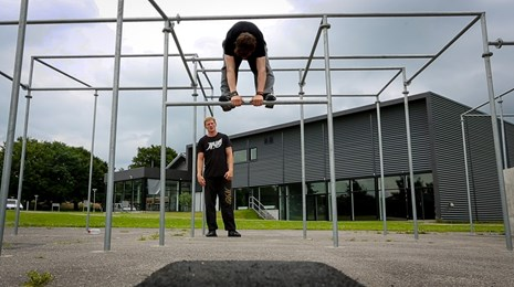Parkour_Bar-swing_DGI