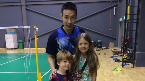 Lee Chong Wei poserer med Victoria og William Haurholm-Rasmussen