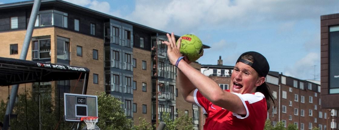 557226c490a Street-handball_håndbold_gadehåndbold. Her er du: Idræt og motion · Håndbold  ...