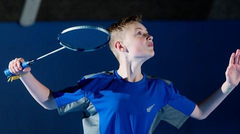 Badminton-dreng-modtager serv