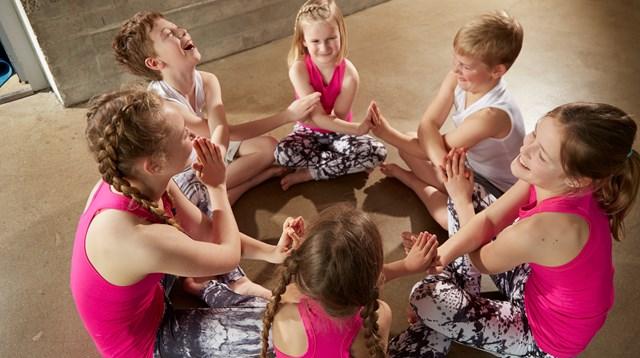 f865bd47 Børn lærer ro og omsorg gennem børneyoga